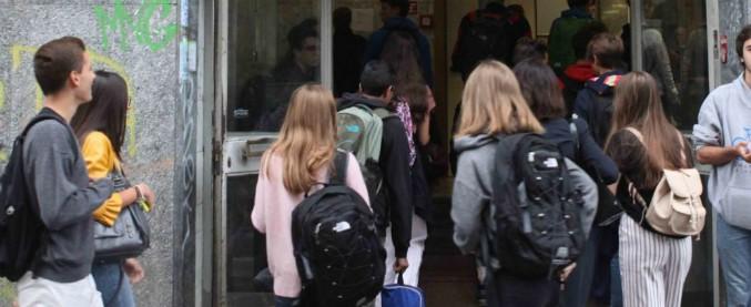 Sesso con un'alunna 15enne: arrestato un professore a Partinico. Ad incastrarlo le chat con la ragazza