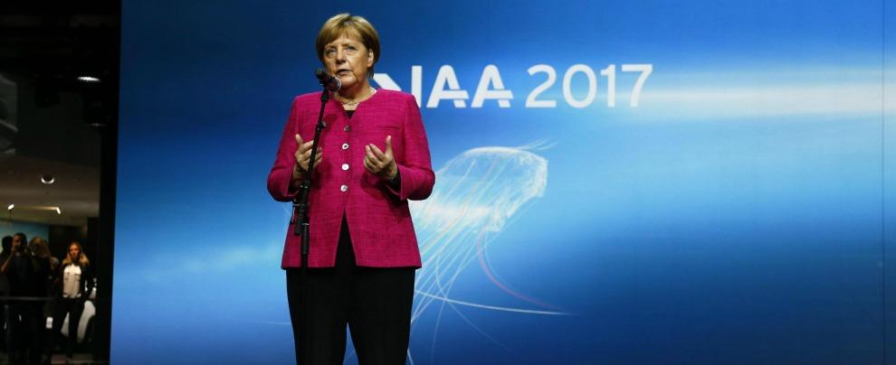 """Salone di Francoforte, Angela Merkel: """"L'auto deve riguadagnare credibilità"""""""