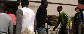 """Livorno, a spalare il fango arrivano anche i richiedenti asilo: """"Ci aiutano a casa nostra"""""""