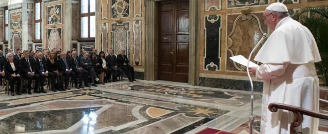"""Mafia, Papa Francesco: """"È segno di una politica deviata, attecchisce e si sviluppa dove c'è corruzione"""""""