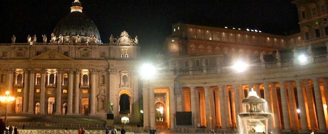 """Il Vaticano allontana i clochard da piazza San Pietro: """"Questione di sicurezza"""". La notte potranno dormire sotto i porticati"""