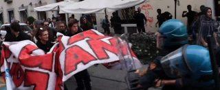 G7 a Torino, mattinata di tensione all'università. La carica degli studenti per sfondare il cordone della polizia