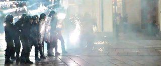 G7 a Torino, petardi, bombe carta e fuochi d'artificio contro la polizia: feriti due agenti