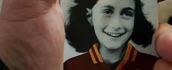 """Anna Frank con la maglia della Roma, l'accusa dei tifosi: """"Distribuita dai laziali in curva"""". """"Non è vero. Complotto"""""""