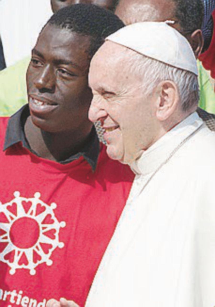 Papa Francesco oggi a Bologna, striscione ostile di Casa Pound