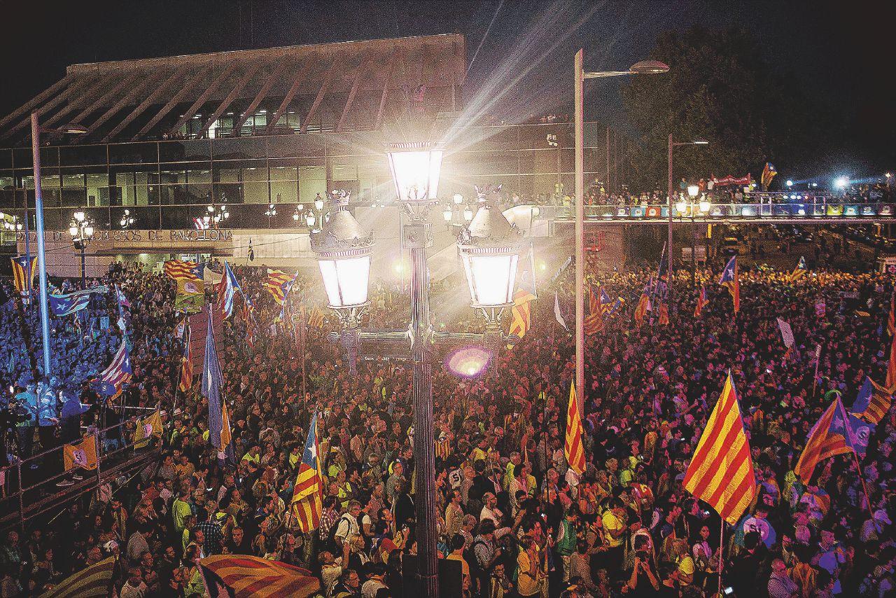 Seggi difesi come barricate, la Catalogna vota la rivolta