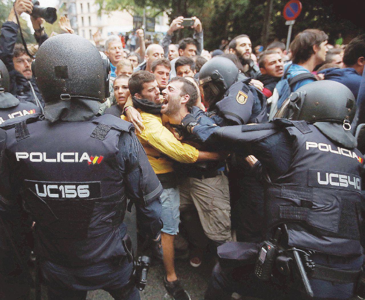 In Edicola sul Fatto Quotidiano del 2 ottobre: Da oggi ci sono due Spagne. Catalogna – La polizia spara, quasi 800 feriti