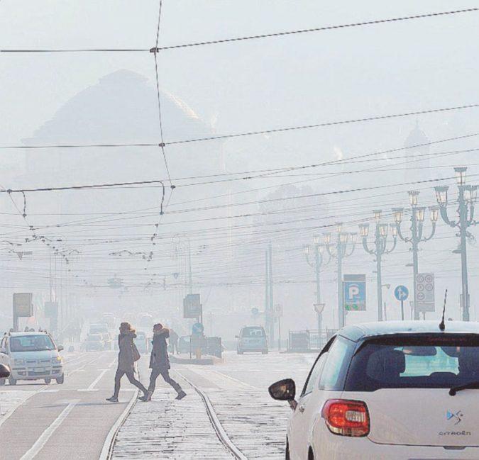 """""""Finestre chiuse e uscire poco"""". Torino in trincea contro lo smog"""