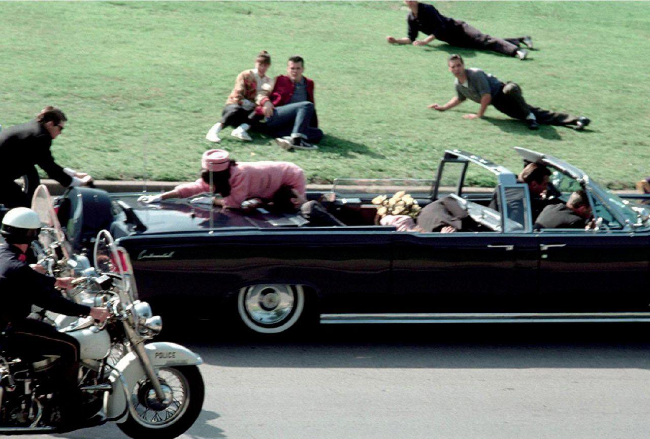 """In Edicola sul Fatto Quotidiano del 28 ottobre: """"Un poliziotto sparò il colpo mortale a JFK"""""""