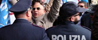 Renzi, tour diventa fuga dai contestatori. A Reggio Calabria lo aspetta anche FdI: scatta l'ingresso secondario