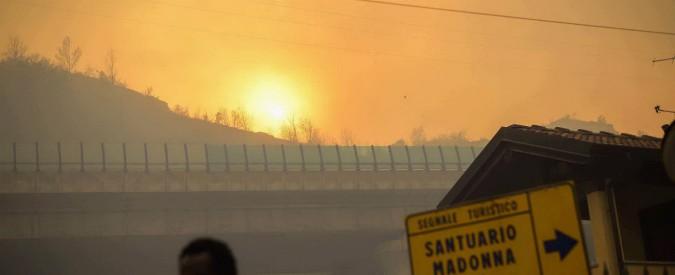 Incendi in Piemonte, decine di sfollati: evacuata casa di riposo con 195 anziani. Paura nel Varesotto, Canadair in azione