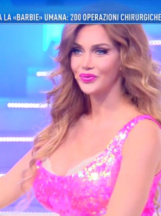 """Domenica Live, Barbara D'Urso ospita la """"Barbie umana"""": duecento interventi chirurgici, uno dei quali per togliersi le costole"""