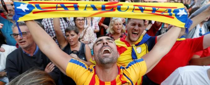 """Catalogna indipendente, vice premier di Madrid assume la presidenza. Puigdemont: """"Resistiamo, no violenza"""""""