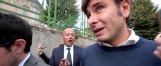 """M5s, l'ex attivista querelato insegue Di Battista fuori dal tribunale: """"O hai mentito o non ricordi"""". In aula anche Casaleggio"""