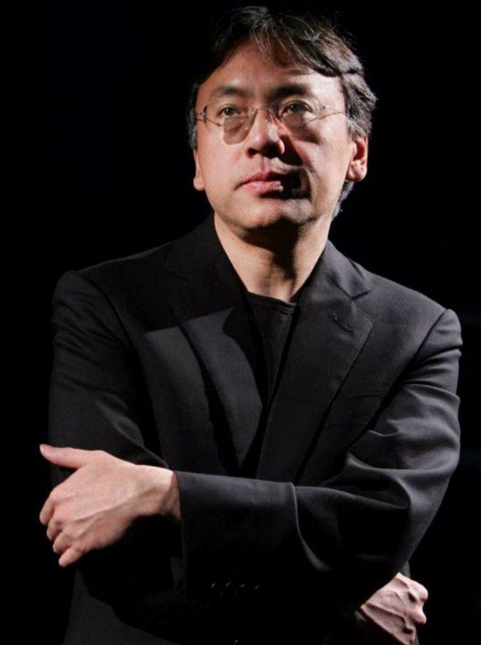 """Kazuo Ishiguro premio Nobel per la Letteratura, l'amico Rushdie ironizza: """"Suona la chitarra e scrive brani musicali. Arrenditi Bob Dylan!"""""""