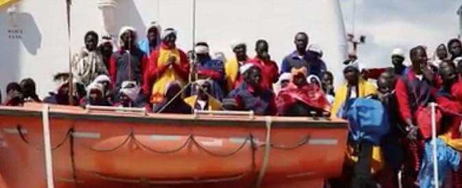 Migranti, si rovescia un gommone nel mar Mediterraneo: 23 morti, salvate 263 persone