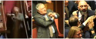 Legge elettorale, il gesto dell'ombrello di Giarrusso (M5S) indispone l'Aula e scoppia la bagarre