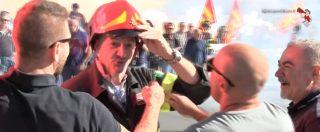 """Genova trema, tute blu in marcia contro gli esuberi Ilva. L'abbraccio solidale del vigile del fuoco: """"Dovrebbe esserci tutta la città"""""""