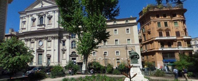 Stranieri picchiati a Roma: simboli fascisti in casa e su profilo Fb del 19enne fermato