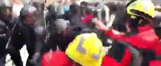 Referendum Catalogna, polizia manganella un gruppo di vigili del fuoco schierato in difesa dei seggi