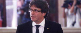 """Puigdemont: """"Catalogna stato sovrano in forma repubblicana. Ma sospendiamo dichiarazione, serve dialogo"""". El Pais: """"Madrid prepara reazione"""""""