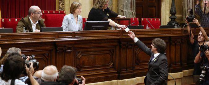 """Catalogna, il 'Parlament' approva la risoluzione di indipendenza: """"Nasce Repubblica sovrana, ora Costituente"""""""