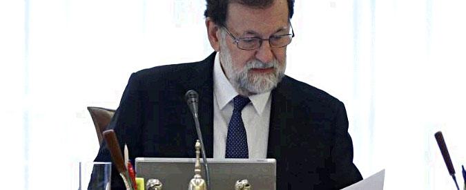 """Catalogna, Rajoy: """"Il commissariamento è necessario. Elezioni entro 6 mesi"""". Partito Puigdemont: """"Colpo di Stato"""""""