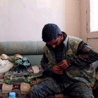 Un combattente delle Sdf carica il suo fucile per la battaglia finale