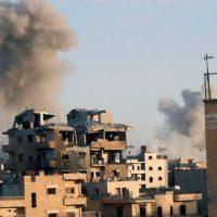 Nuvole di fumo salgono dalle postazioni Isis bombardate dalla coalizione internazionale