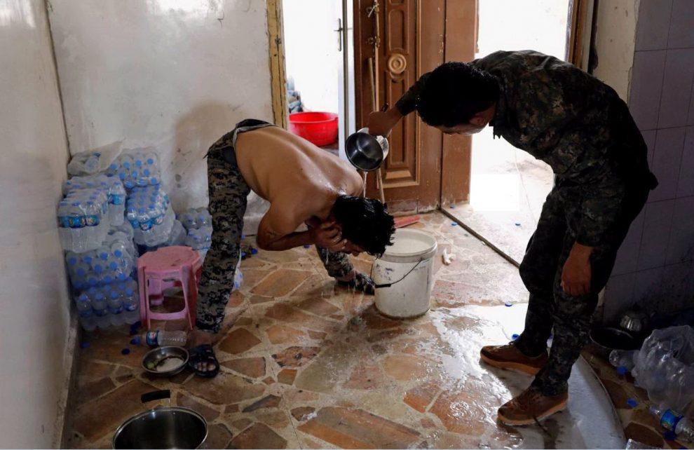Combattenti si lavano in una postazione delle Sdf