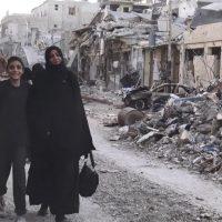 Civili nelle strade di Raqqa liberata dall'Isis