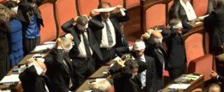 Rosatellum, Finocchiaro chiede la fiducia ed è bagarre in Aula: i cartelli di Si e le bende del M5S