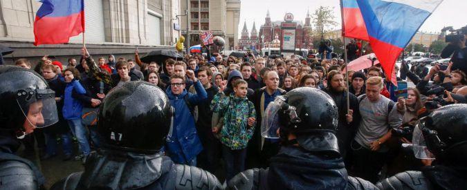 Russia, in migliaia in piazza contro Putin nel giorno del suo compleanno. Centinaia i manifestanti fermati