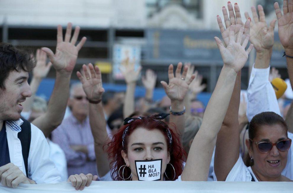 Catalogna, attesa per l'indipendenza Il presidente rischia l'arresto