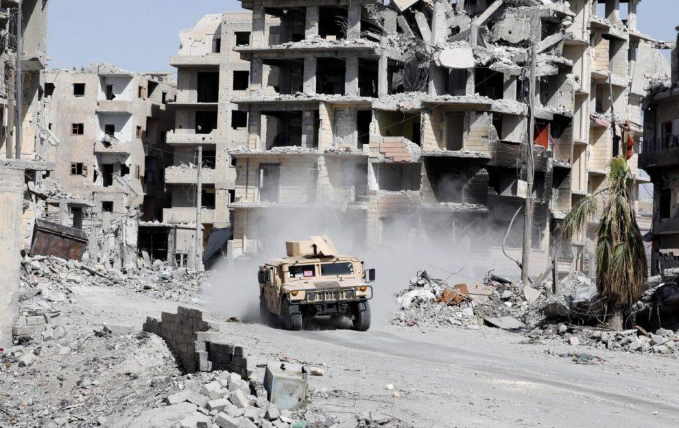 Un carro armato delle Sdf nelle strade di Raqqa