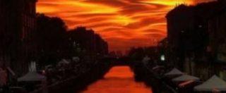 """Milano, il tramonto con dune rosse e scie illumina il cielo. Su Twitter foto e commenti: """"Tutti aggressivi e duri di cuore, arriva un tramonto e guarda qua"""""""