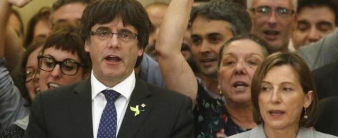 """Catalogna, ordine d'arresto per la presidente del Parlament Forcadell. Puigdemont: """"Governo in esilio in Belgio"""""""