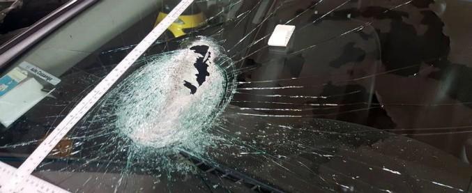 Cassano d'Adda, sasso lanciato contro auto con a bordo 5 persone: donna muore per lo choc
