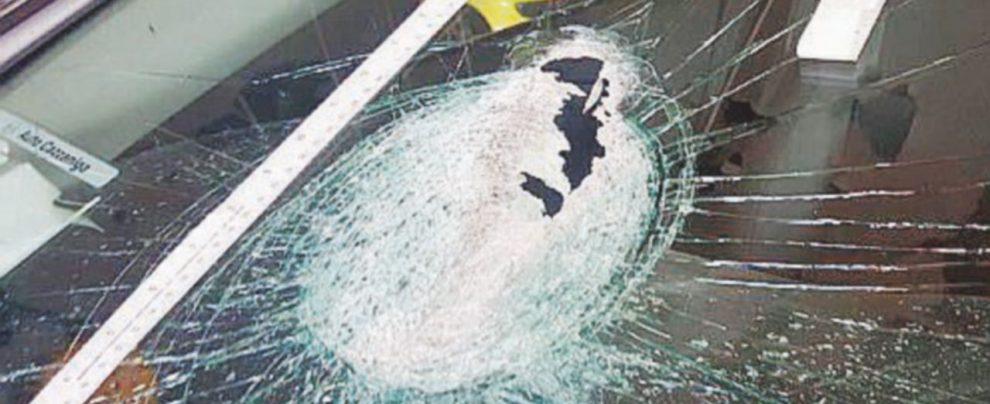 Sasso lanciato dal terrapieno colpisce un'auto con 5 persone Donna muore per lo spavento