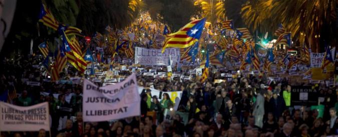 Catalogna, in 750mila alla marcia tra le vie di Barcellona per chiedere la liberazione dei membri del Govern