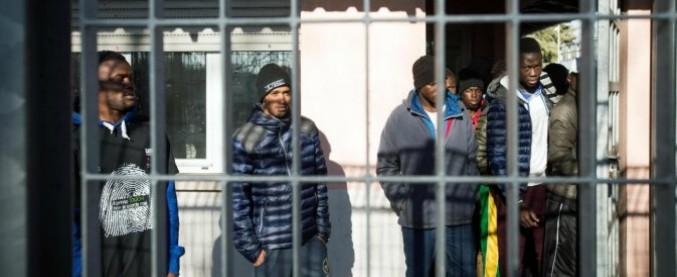 Caserta, migrante dà fuoco alla sua stanza nel centro d'accoglienza. Socio del consorzio gli spara