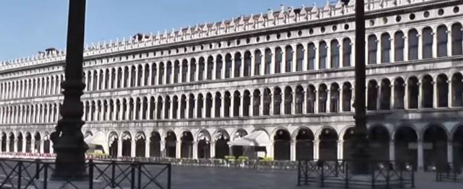 """Venezia, a San Marco in tuta mimetica e armato di coltelli, manette e bastone. Si giustifica: """"Stavo tornando dalla palestra"""""""