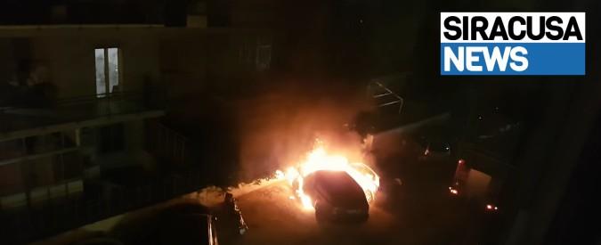 """Siracusa, in fiamme l'auto del sindaco renziano Garozzo: """"Atto vile contro le scelte della mia amministrazione"""""""