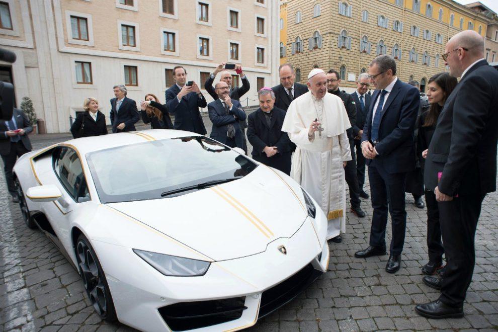Risultati immagini per lamborghini huracan papa francesco