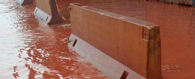 Taranto, fiume rosso durante temporale: l'acqua si mescola con le polveri Ilva