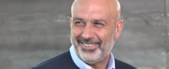 """Pirozzi, il sindaco di Amatrice ufficializza la sua candidatura a governatore del Lazio. Berlusconi: """"Non conosco né lui né i suoi programmi"""""""