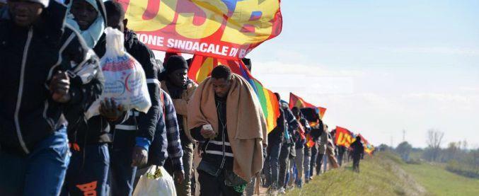"""Marcia migranti contro Cona, sindaco: """"Chiedono di essere trattati come umani. Dove sono i politici? Qui non c'è nessuno"""""""