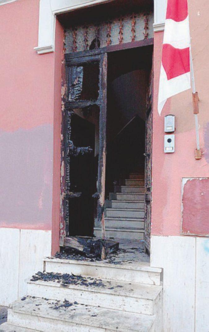 Voto, ultimi fuochi: portone Pd in fiamme e comizi semivuoti nella città della testata
