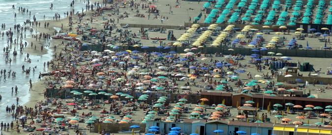 Ostia, l'oro di Roma sono gli stabilimenti balneari: valgono 1,4 miliardi ma 25 (su 71) sono abusivi. E restano al loro posto