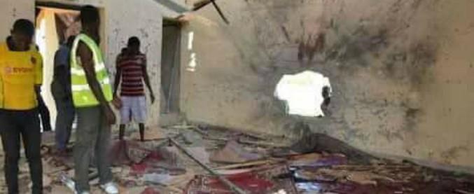 Nigeria, kamikaze si fa esplodere in moschea: almeno 50 morti. Sospetti su Boko Haram